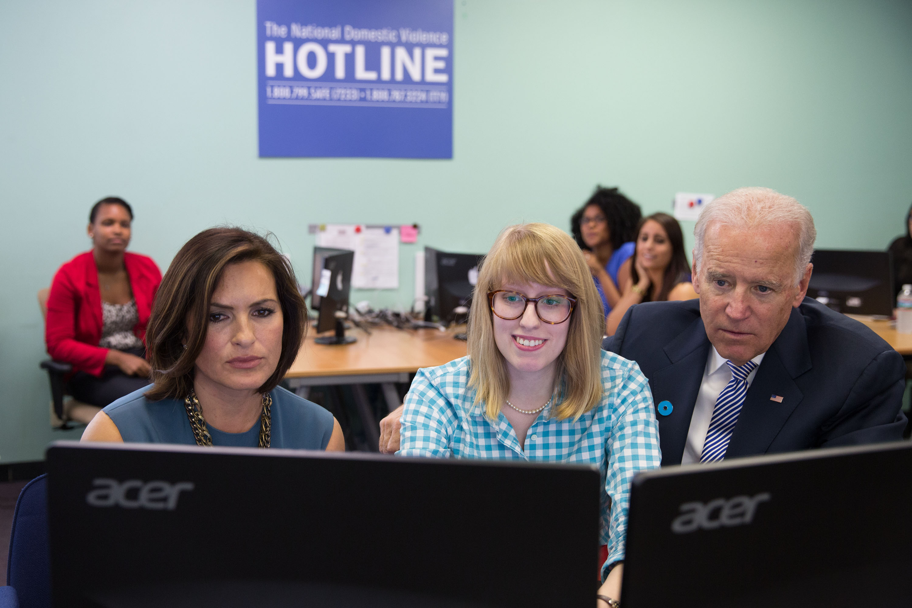 A Hotline advocate shows Vice President Biden and Mariska how the new chat service works.